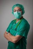 Retrato de un médico joven con la máscara quirúrgica Foto de archivo libre de regalías