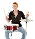 Retrato de un músico que gana con sus tambores fotos de archivo