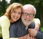 Retrato de un marido y de una esposa felices que sonríen al aire libre Foto de archivo