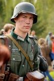 Retrato de un militar con referencia - a enactor en alemán la Segunda Guerra Mundial del uniforme Soldado alemán Imagen de archivo