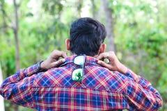 Retrato de un modelo del hombre que lleva a cabo su opinión trasera del cuello de la camisa fotos de archivo libres de regalías