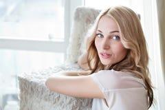 Retrato de un modelo femenino hermoso en el fondo blanco Imagen de archivo libre de regalías