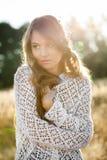 Retrato de un modelo hermoso de la señora joven en campo en la puesta del sol Imágenes de archivo libres de regalías