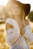 Retrato de un modelo hermoso de la señora joven en campo en la salida del sol Fotografía de archivo libre de regalías