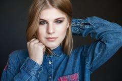 Retrato de un modelo joven hermoso en chaqueta del dril de algodón Fotos de archivo