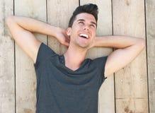 Retrato de un modelo masculino joven feliz que ríe al aire libre Fotos de archivo