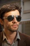 Retrato de un modelo sin afeitar del hombre con las gafas de sol Fotografía de archivo