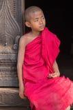 Retrato de un monje joven en un monasterio Mandalay, Myanmar Foto de archivo libre de regalías