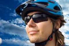 Retrato de un motorista joven en casco y vidrios Foto de archivo