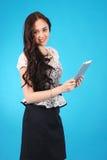 Retrato de un muchacha-adolescente que sostiene una tableta en sus manos Imagenes de archivo