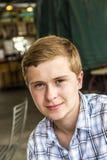 Retrato de un muchacho adolescente apuesto fotos de archivo