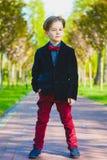 Retrato de un muchacho adolescente casual, al aire libre Imágenes de archivo libres de regalías