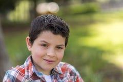 Retrato de un muchacho adolescente casual, al aire libre Fotografía de archivo