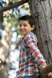 Retrato de un muchacho adolescente casual, al aire libre Foto de archivo libre de regalías