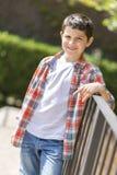Retrato de un muchacho adolescente casual, al aire libre Imagenes de archivo