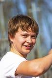 Retrato de un muchacho adolescente con los apoyos Foto de archivo