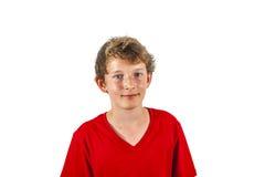 Retrato de un muchacho adolescente con una camiseta roja Imagen de archivo