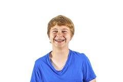 Retrato de un muchacho adolescente de risa con una camiseta azul Fotos de archivo