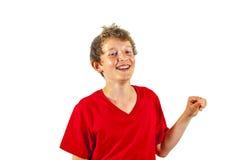 Retrato de un muchacho adolescente de risa con una camiseta roja Fotos de archivo