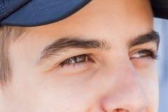 Retrato de un muchacho adolescente en un casquillo negro Fotos de archivo libres de regalías