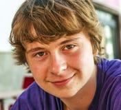 Retrato de un muchacho adolescente sonriente Imagen de archivo