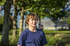 Retrato de un muchacho adolescente sonriente en el aire abierto Foto de archivo libre de regalías