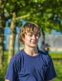 Retrato de un muchacho adolescente sonriente en el aire abierto Fotos de archivo libres de regalías