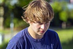 Retrato de un muchacho adolescente sonriente en el aire abierto Fotos de archivo