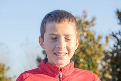 Retrato de un muchacho alegre sonriente lindo con los ojos cerrados fotografía de archivo