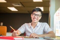 Retrato de un muchacho asiático joven y fresco en el campus Imagenes de archivo