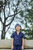 Retrato de un muchacho Asia detrás de árboles fotos de archivo libres de regalías