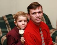 Retrato de un muchacho con el papá Fotografía de archivo