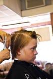 Retrato de un muchacho con el pelo mojado en el peluquero Fotos de archivo