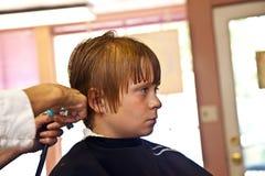 Retrato de un muchacho con el pelo mojado en el peluquero Imagen de archivo libre de regalías