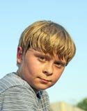 Retrato de un muchacho con el pelo rubio Imagen de archivo
