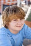 Retrato de un muchacho con el pelo rubio largo Foto de archivo