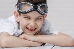 Retrato de un muchacho con el piloto de los vidrios fotografía de archivo libre de regalías