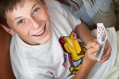 Retrato de un muchacho con las tarjetas Fotografía de archivo