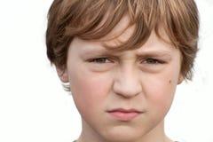 Retrato de un muchacho con un fondo blanco. Imagen de archivo libre de regalías