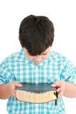 Retrato de un muchacho con una biblia a disposición y rogado Imagen de archivo libre de regalías