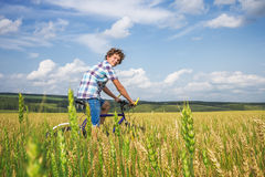 Retrato de un muchacho con una bicicleta Foto de archivo
