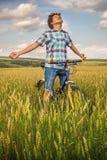 Retrato de un muchacho con una bicicleta Foto de archivo libre de regalías