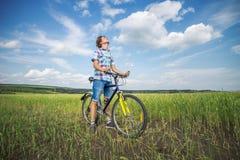 Retrato de un muchacho con una bicicleta Fotografía de archivo