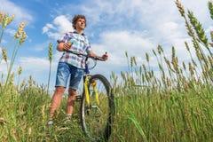 Retrato de un muchacho con una bicicleta Imágenes de archivo libres de regalías