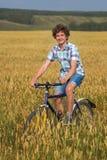 Retrato de un muchacho con una bicicleta Fotografía de archivo libre de regalías