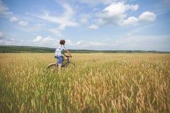 Retrato de un muchacho con una bicicleta Fotos de archivo libres de regalías
