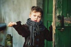 Retrato de un muchacho con una lámpara de keroseno Fotografía de archivo