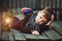 Retrato de un muchacho con una lámpara de keroseno Foto de archivo libre de regalías