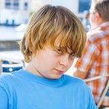 Retrato de un muchacho dañoso sonriente Imagenes de archivo