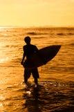 Retrato de un muchacho de la persona que practica surf Foto de archivo
